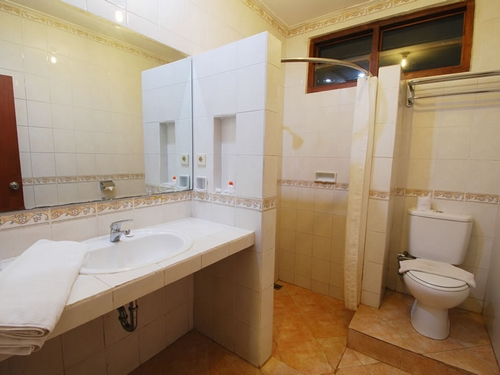 hotel yulia beach inn kuta bathroom
